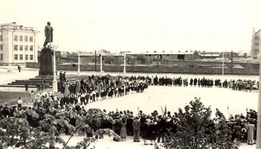 Урачыстасці на Цэнтральнай плошчы ў 1959 годзе. Крыніца: МВЦ г.Находка