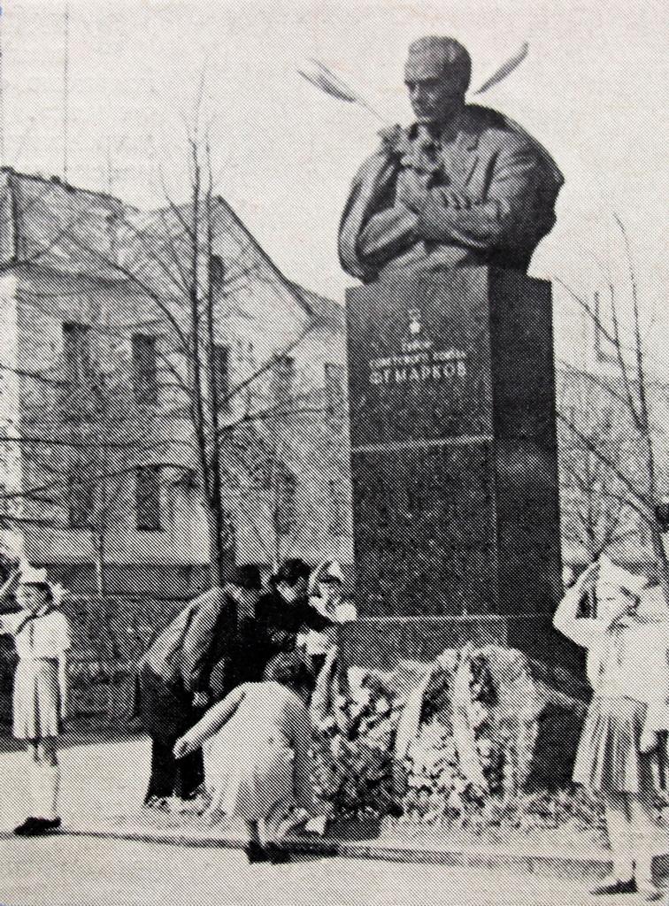 Помнік Маркаву на бульвары Маркава