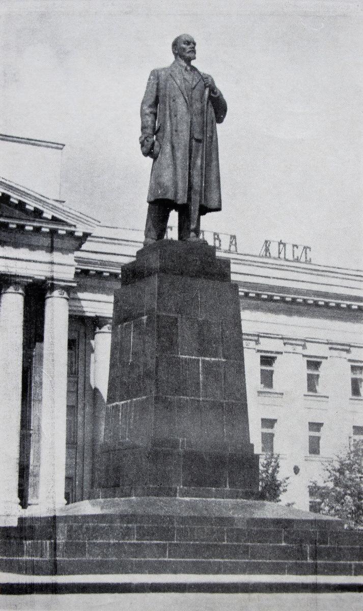 Помнік Леніну ў тыя гады, пэўна, быў самым фатаграфаваным аб'ектам у горадзе :)