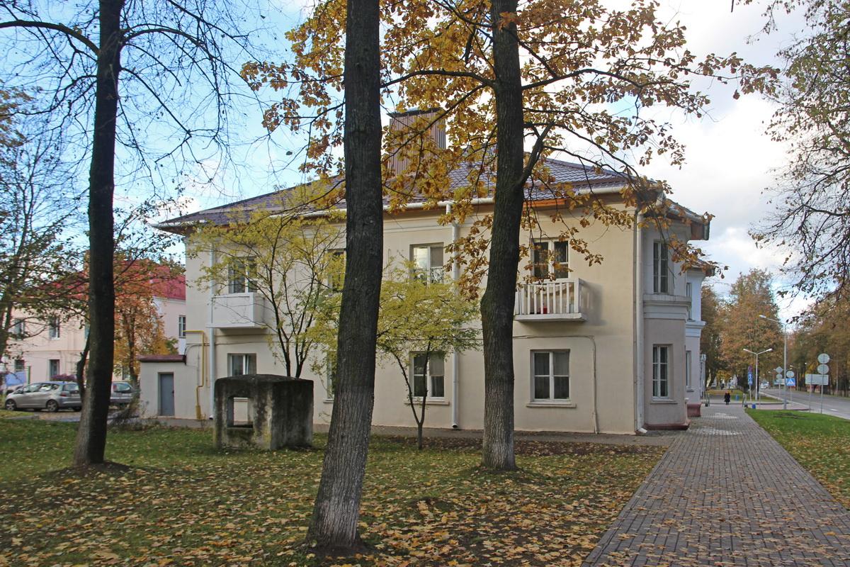 Дом з эркерамі з боку вуліцы Машэрава