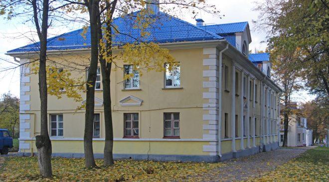 Дом №11 стаіць бліжэй да вуліцы
